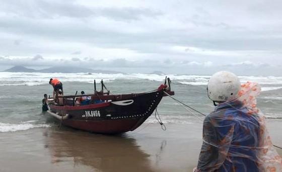 Quảng Nam cứu 2 tàu cá Đà Nẵng trôi dạt trên biển  ảnh 2
