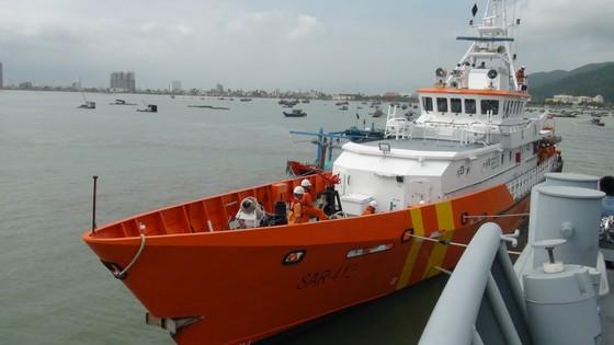 Vượt sóng cứu 11 ngư dân cùng tàu cá gặp nạn trên biển trong đêm  ảnh 2