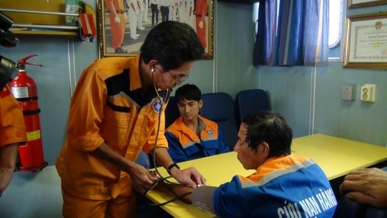 Vượt sóng cứu 11 ngư dân cùng tàu cá gặp nạn trên biển trong đêm  ảnh 1