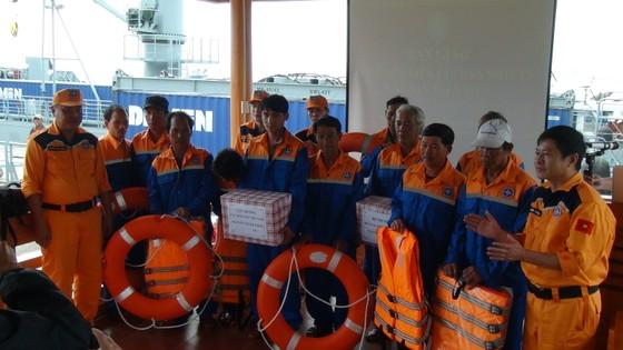 Vượt sóng cứu 11 ngư dân cùng tàu cá gặp nạn trên biển trong đêm  ảnh 4