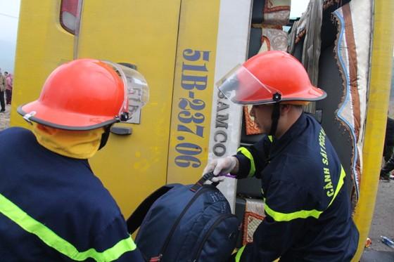 Lật xe chở công nhân về quê ăn tết, 2 người chết, 15 người bị thương ảnh 3