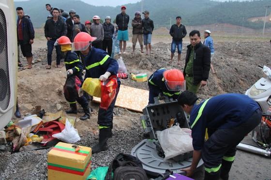 Lật xe chở công nhân về quê ăn tết, 2 người chết, 15 người bị thương ảnh 6