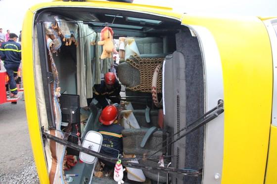 Lật xe chở công nhân về quê ăn tết, 2 người chết, 15 người bị thương ảnh 2