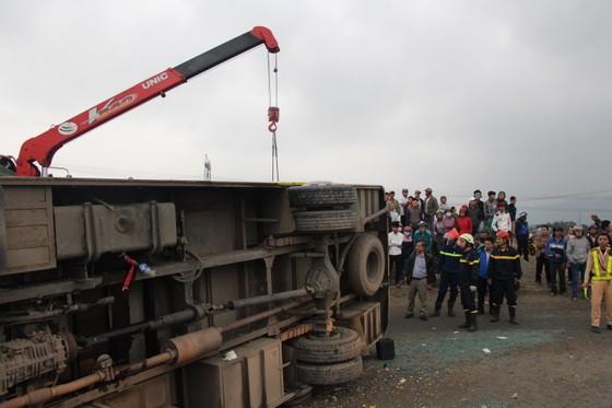 Lật xe chở công nhân về quê ăn tết, 2 người chết, 15 người bị thương ảnh 1