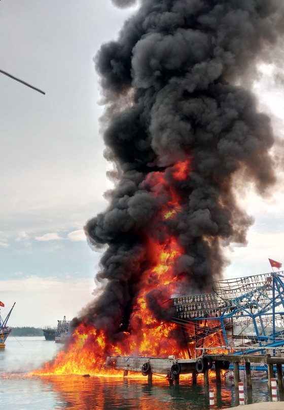 Quảng Nam: Lửa thiêu rụi tàu chụp mực tiền tỷ  ảnh 1
