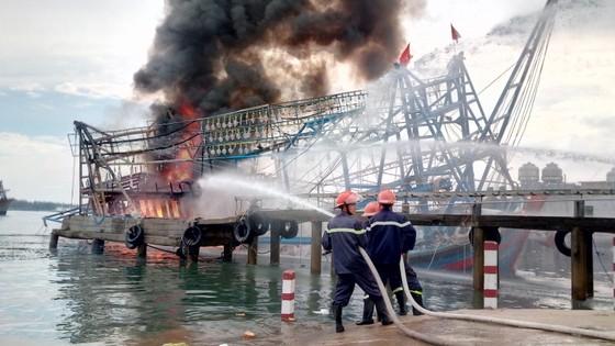 Quảng Nam: Lửa thiêu rụi tàu chụp mực tiền tỷ  ảnh 2