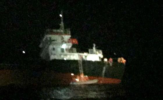Hai tàu SAR 412 và SAR 274 tổ chức cứu nạn thành công 11 thuyền viên tàu Hải Hà 38 gặp nạn trên biển ảnh 1