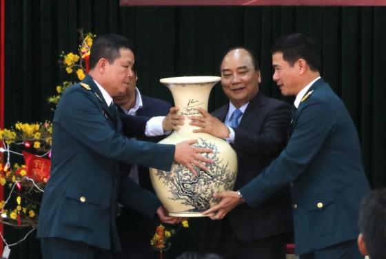 Thủ tướng Nguyễn Xuân Phúc thăm và chúc Tết cán bộ, chiến sĩ Sư đoàn không quân 372 ảnh 3