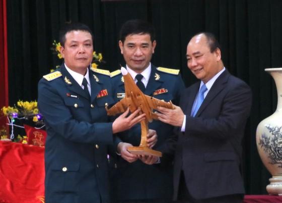 Thủ tướng Nguyễn Xuân Phúc thăm và chúc Tết cán bộ, chiến sĩ Sư đoàn không quân 372 ảnh 5