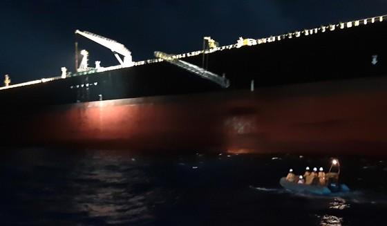 Tàu SAR 412 cứu thuyền viên tàu Hy Lạp ở phía Nam đảo Tri Tôn ảnh 1