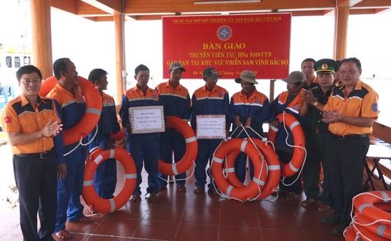 Vượt sóng trong đêm cứu 7 thuyền viên gặp nạn tại khu vực phía Nam vịnh Bắc bộ ảnh 2