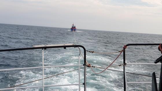 Vượt sóng trong đêm cứu 7 thuyền viên gặp nạn tại khu vực phía Nam vịnh Bắc bộ ảnh 1