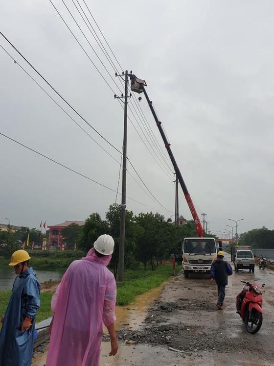 Điện lực miền Trung khẩn trương khắc phục sự cố lưới điện do mưa lũ ảnh 1