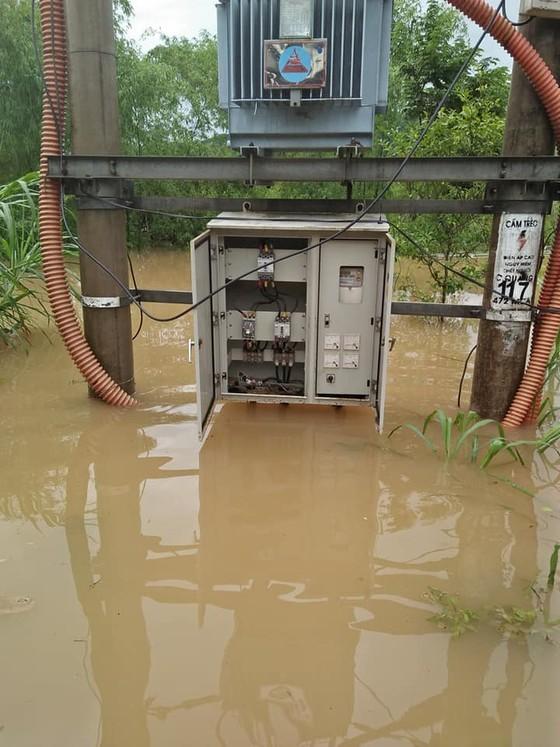 Điện lực miền Trung khẩn trương khắc phục sự cố lưới điện do mưa lũ ảnh 2