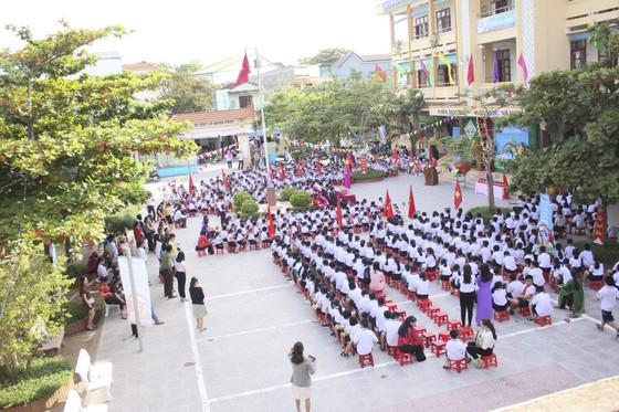 Nhiều trường học ảnh hưởng mưa lũ ở Quảng Trị, Hà Tĩnh khai giảng năm học mới ảnh 1