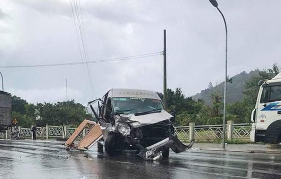 Hai xe ô tô đấu đầu trên quốc lộ, 9 người bị thương  ảnh 1