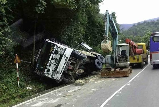 Xe tải đổ đèo đâm vào vách núi ảnh 1