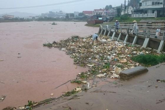 Xem cảnh ngập sâu cả mét nước sau trận mưa lớn ở Đà Lạt ảnh 10