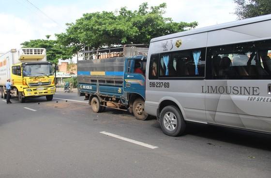 Xe tải gây tai nạn liên hoàn tại điểm dừng đèn đỏ, nhiều người may mắn thoát nạn ảnh 1