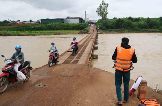Khen thưởng đột xuất nam thanh niên lao xuống sông cứu sống 2 nữ sinh ảnh 4
