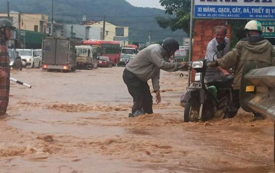 Quốc lộ 20 lại ngập nặng sau trận mưa lớn ảnh 2