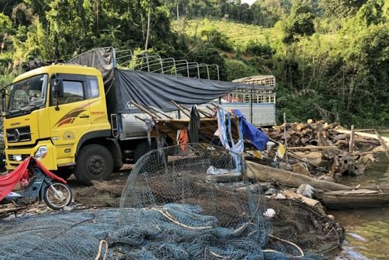 Xe cẩu ngang nhiên vào hồ thủy điện vận chuyển gỗ lậu ảnh 1