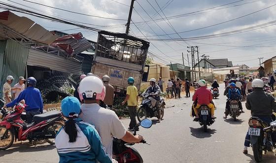 Xe tải vượt ẩu tông sập 2 nhà dân ảnh 1