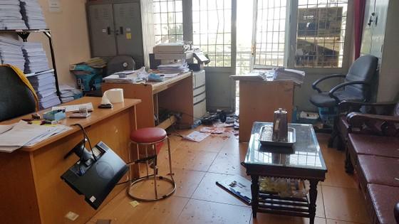 Hàng chục người tháo chạy khi phòng công chứng bị đối tượng lạ cầm dao, búa xông vào đập phá ảnh 2