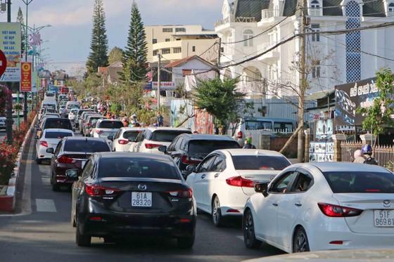 Lượng khách du lịch đổ về Đà Lạt tăng mạnh ảnh 1
