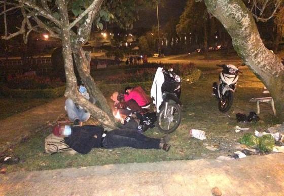 Du khách đốt củi ngủ giữa đêm lạnh Đà Lạt ảnh 4