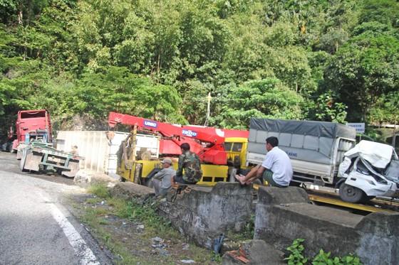 Xe container đâm nát đầu xe tải, 2 tài xế bị thương ảnh 1