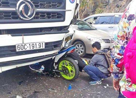 Phượt thủ đi xe máy đâm trực diện ô tô đi theo chiều ngược lại ảnh 1