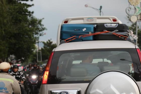 Đường phố Đà Lạt kẹt cứng phương tiện chở khách nghỉ lễ ảnh 4