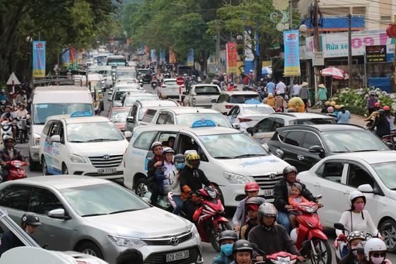 Đường phố Đà Lạt kẹt cứng phương tiện chở khách nghỉ lễ ảnh 6