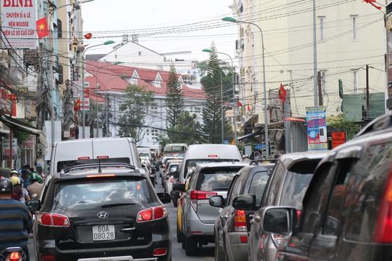 Đường phố Đà Lạt kẹt cứng phương tiện chở khách nghỉ lễ ảnh 3