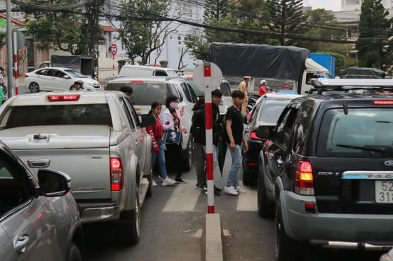 Đường phố Đà Lạt kẹt cứng phương tiện chở khách nghỉ lễ ảnh 5