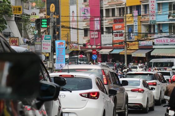 Đường phố Đà Lạt kẹt cứng phương tiện chở khách nghỉ lễ ảnh 2