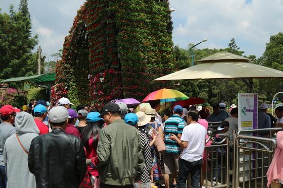 Đường phố Đà Lạt kẹt cứng phương tiện chở khách nghỉ lễ ảnh 12