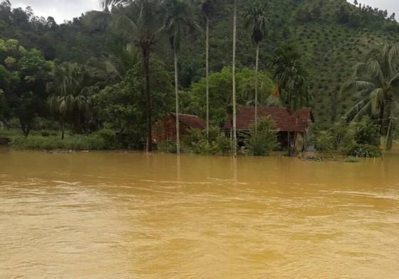 Mưa lớn khiến nhiều khu vực ở Lâm Đồng ngập sâu ảnh 2