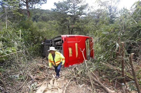 Xe giường nằm lật xuống vực ở Đà Lạt, hơn 20 du khách may mắn thoát nạn ảnh 1