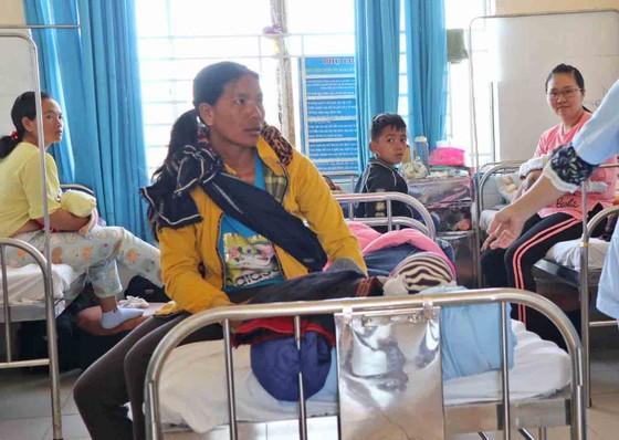 Sau bữa ăn của đoàn từ thiện, hơn 80 trẻ em phải nhập viện nghi ngộ độc ảnh 1