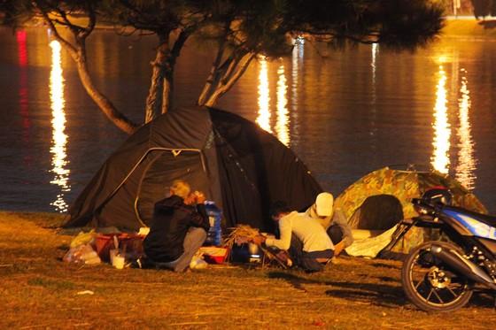 Biển người đổ về trung tâm Đà Lạt, du khách dựng lều nghỉ chân ảnh 9
