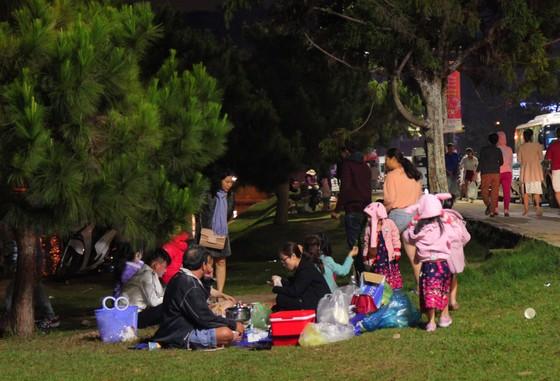 Biển người đổ về trung tâm Đà Lạt, du khách dựng lều nghỉ chân ảnh 7