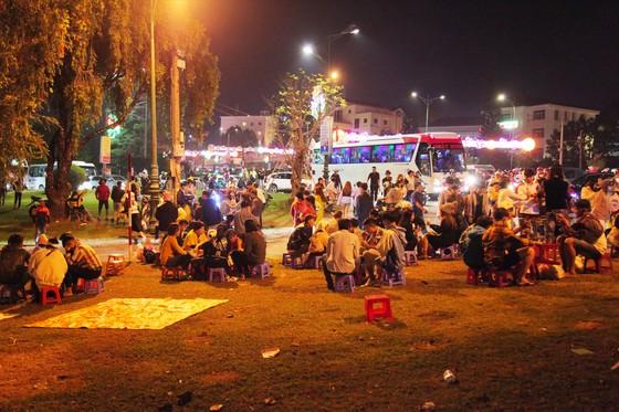 Biển người đổ về trung tâm Đà Lạt, du khách dựng lều nghỉ chân ảnh 8