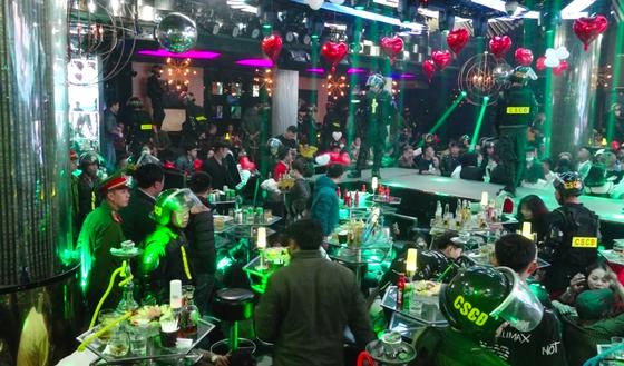 Đột kích quán bar, phát hiện gần 100 người sử dụng ma túy ảnh 1