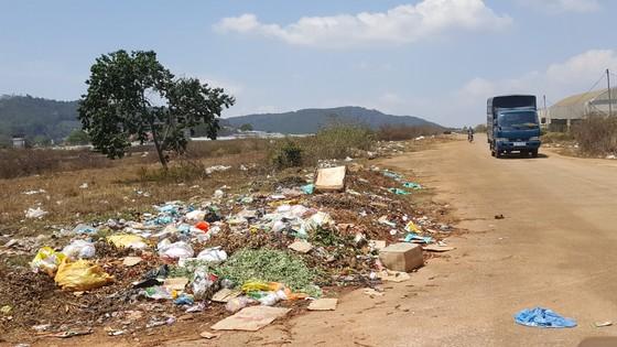 Sân bay Cam Ly (Đà Lạt) tràn ngập rác thải ảnh 1