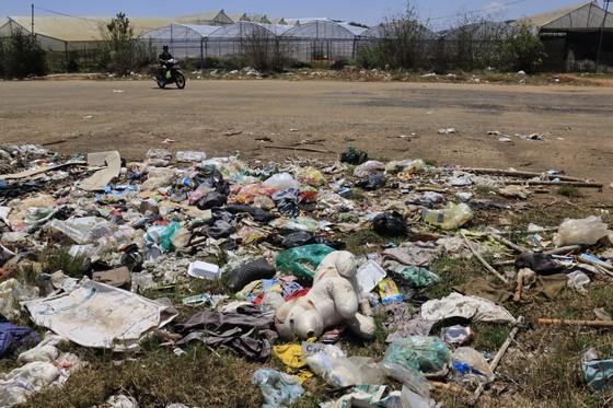 Sân bay Cam Ly (Đà Lạt) tràn ngập rác thải ảnh 2