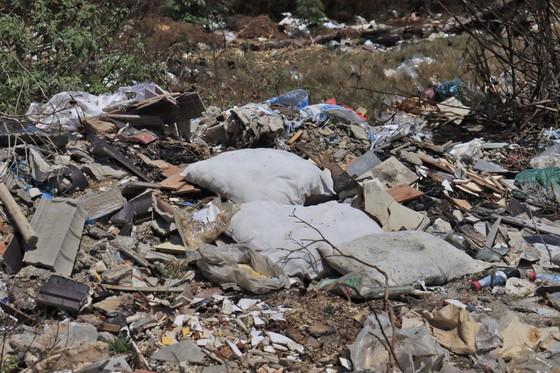 Sân bay Cam Ly (Đà Lạt) tràn ngập rác thải ảnh 4