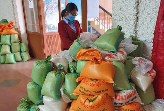 Lan toả tấm lòng thơm thảo, hàng trăm phần quà hỗ trợ người dân gặp khó khăn trong mùa dịch ảnh 2