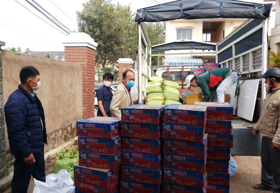 Đà Lạt: Hàng ngàn phần quà trao tận nhà người có hoàn cảnh khó khăn trong mùa dịch ảnh 3